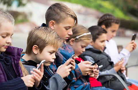 Durch Corona verbringen Kinder noch mehr Zeit am Smartphone und im Internet