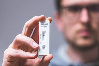 Auch Geimpfte können sich erneut infizieren und andere anstecken