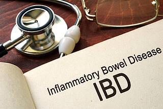 Ein neuer Wirkstoff verspricht Patienten mit Morbus Crohn oder Colitis ulcerosa eine Entzündungshemmung ohne Immunsuppression. Studien müssen das jetzt beweisen