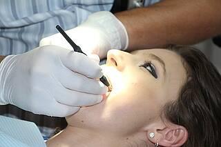 Studie: Offensichtlich kostet die Geburt eines Kindes die Mutter tatsächlich einen Zahn