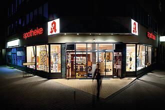 """Apotheke bei Nacht - Leuchtreklame Symbol """"A"""""""