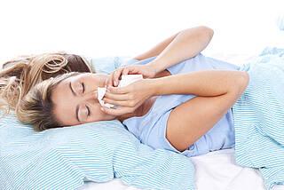 Schnupfen kann eine allergische Reaktion auf Hausstaubmilben sein