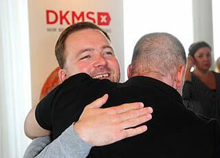 Ein bewegender Moment: Bei der DKMS-Feier am Freitag trafen Leukämiepatienten erstmals ihre Stammzellspender