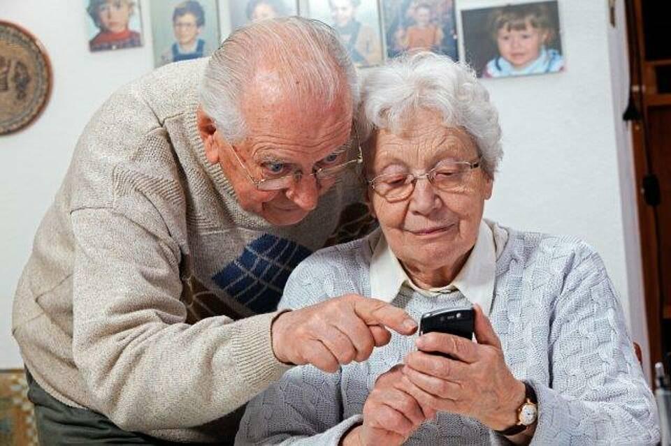 Die Corona-Warn-App wird auch von Senioren genutzt. Doch viele haben nicht das passende Handy