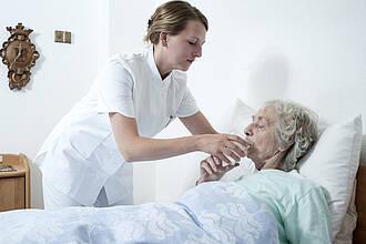 Altenpfleger in der Ausbildung werden finanziell entlastet.
