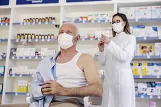 Ärzte sprechen Apothekern die Kompetenz zum Impfen ab
