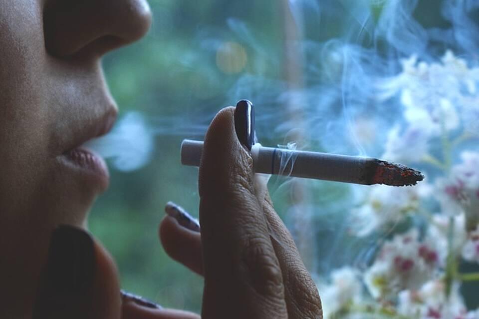 Studie: Schon eine einzige Zigarette am Tag schadet den Blutgefäßen – das Risiko für KHK und Schlaganfall steigt