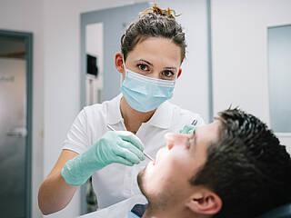 Zahnärztin, Zahnbehandlung, Zahnarztstuhl