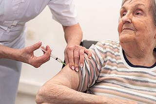 Seniorin, Impfen