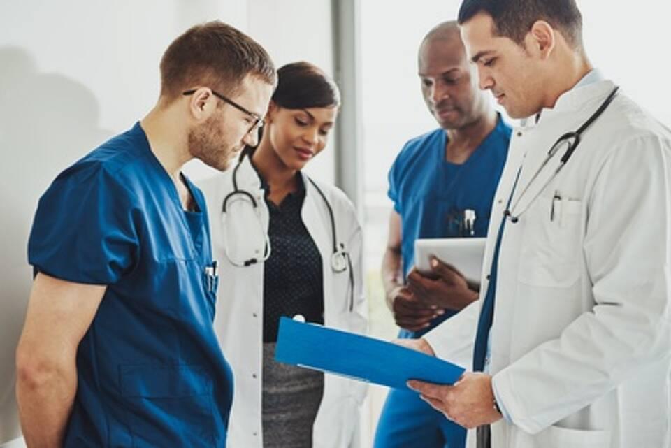 In Deutschland gibt es mehr Ärzte. Doch die junge Generation will weniger arbeiten und die alte Generation scheidet aus