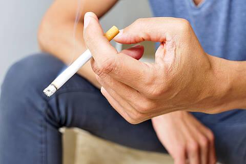 Die meisten Raucher wollen gar nicht mit dem Rauchen aufhören. Ein Umstieg auf E-Zigaretten ist aus Sicht der Thrombose Initiative e.V. die harmlosere Alternative