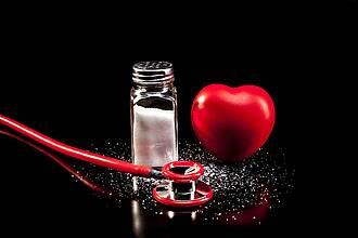 Rotes Gummiherz, rotes Stethoskop, Salzstreuer aus Glas