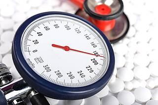 Welcher Wert ist besser? In den USA und in Deutschland ist man unterschiedlicher Auffassung, auf welchen Zielwert Bluthochdruck abgesenkt werden soll