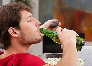 Überstunden verleiten zum Alkohol