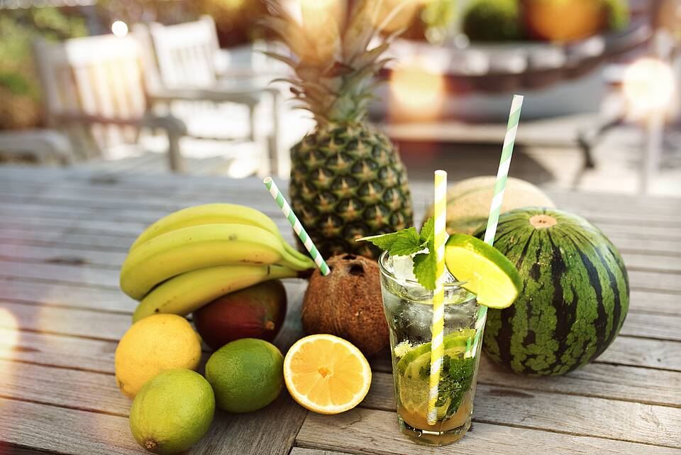 Limetten, Zitronen, Ananas, Mango, Bananen, Kokosnuss - und Longdring-Glas.