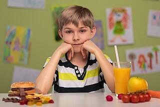 Zu viel süßes und fettiges Essen macht dick - doch für Obst und Gemüse wirbt die Lebensmittelindustrie kaum.