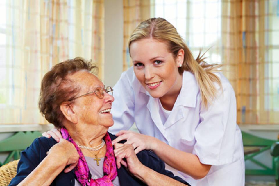 Mit ambulanter Pflege bewältigen einige Senioren noch das Leben daheim
