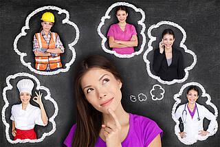 Mädchen überlegt sich Berufe (fünf Bilder von ihr in Berufskleidung umkreisen ihren Kopf wie Sprechblasen).)