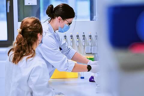Medizinisch-Technische Assistentinnen (MTA) im Labor.oft unter Depressions-Symptomen und Ängsten, zeigt eine Studie der Universität Bonn.