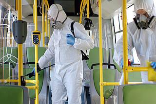 Desinfektionsteam in öffentlichem Verkehrsmittel.