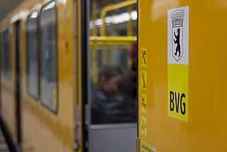 Offene Türen und Fenster vertreiben Aerosole aus Bussen und Bahnen, wie eine neue Studie der BVG zeigt