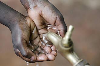 Cholera verbreitet sich hautsächlich über verunreinigtes Trinkwasser. Insbesondere für Kleinkinder ist die Infektionskrankheit lebensbedrohlich