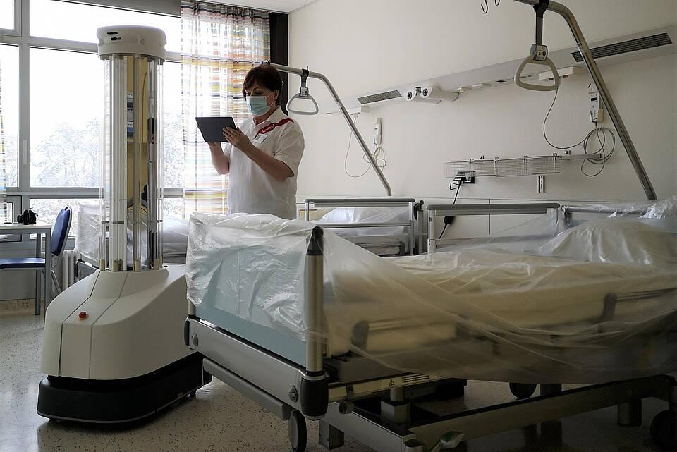 UV-Licht-Desinfektionsroboter im Krankenzimmer