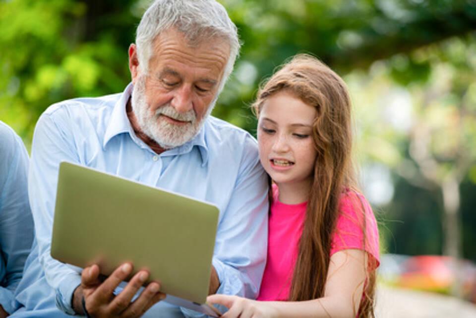 senior, computerspiel, tablet, großvater und enkelin, jung und alt