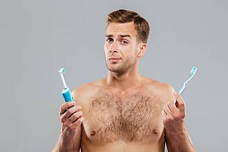 Welche ist besser? In Sachen Plaque und Gingivitis schneiden elektrische Zahnbürsten besser als manuelle