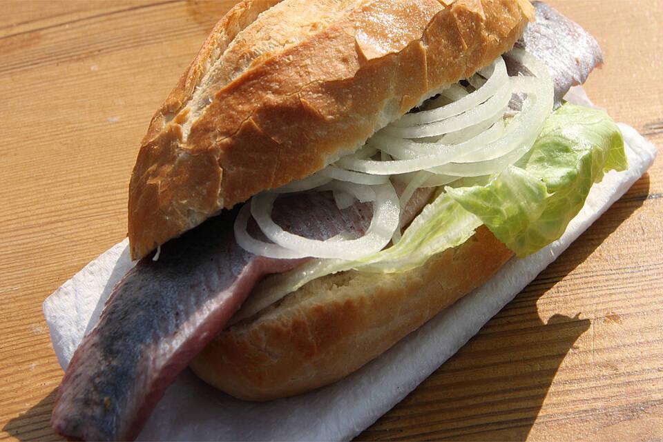 Fischbrötchen: Hering mit Haut und weißen Zwiebeln