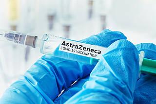 EMA hält an Zulassung von COVID-19-Impfstoff AstraZeneca fest, obwohl ein kausaler Zusammenhang mit dem Auftreten von Hirnvenenthrombose nicht ausgeschlossen werden kann