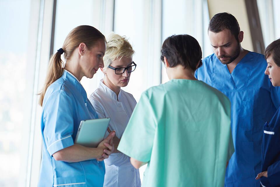 Geimpfte Krankenhaus-Mitarbeiter infizieren sich häufiger daheim als in der Klinik