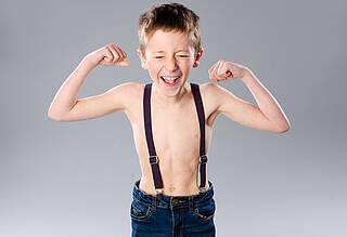 Dürrer Junge mit nacktem Oberkörper - Jeans zwei Nummern zu klein