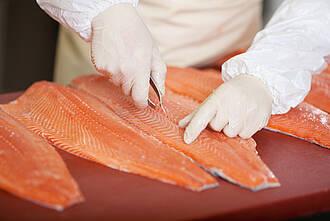 Omega-3-Fettsäuren stecken in fettem Fisch. Um das Gedächtnis zu verbessern, muss man man Unmengen davon essen oder ein Nahrungsergänzungsmittel schlucken