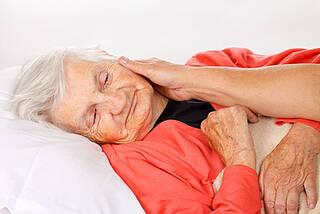 Pflegende Angehörige fühlen sich oft überlastet und einsam