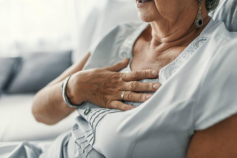 Frauen deuten Warnzeichen eines Herzinfarkts oft falsch, weil oft der typische Brustschmerz fehlt