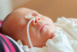 Die Frühgeborenenretinopathie kann neuerdings mit einer Spritze behandelt werden, die das Wachstum neuer Gefäße in der Netzhaut ermöglicht