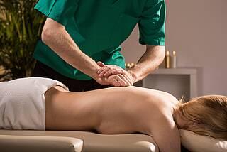 Physiotherapeut bei der Rückenmassage.