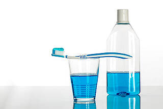 Vor der OP den Mund zu spülen könnte eine Pneumonie nach der OP verhindern