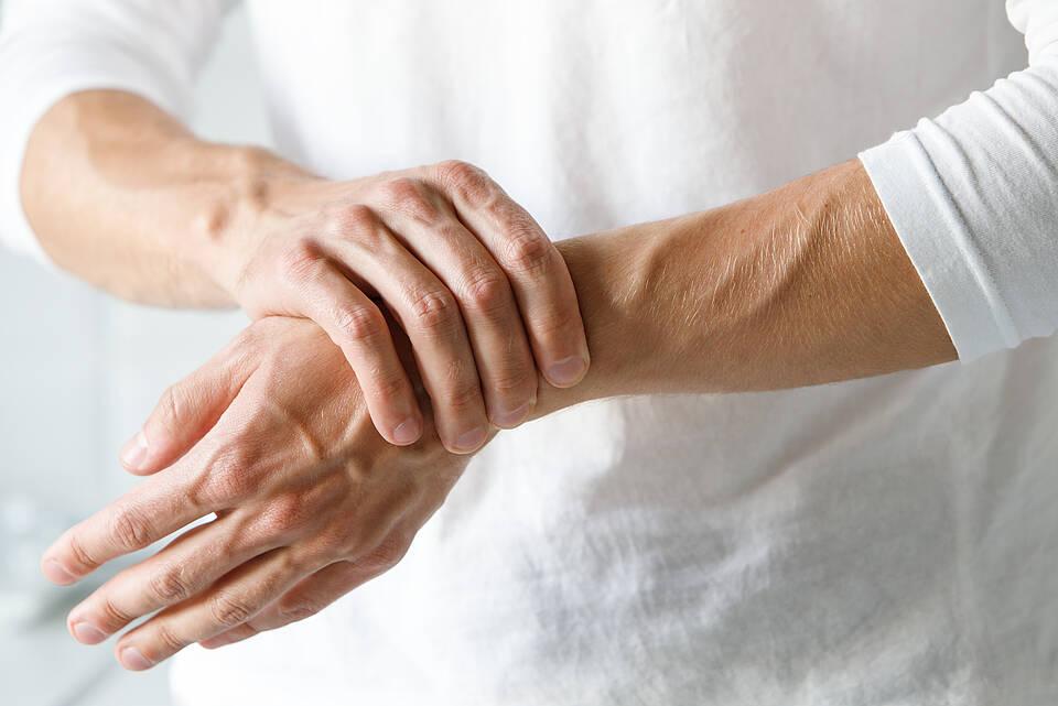 Wenn es nachts in den Fingern kribbelt, können Nerven auf Höhe des Handgelenks eingeklemmt sein
