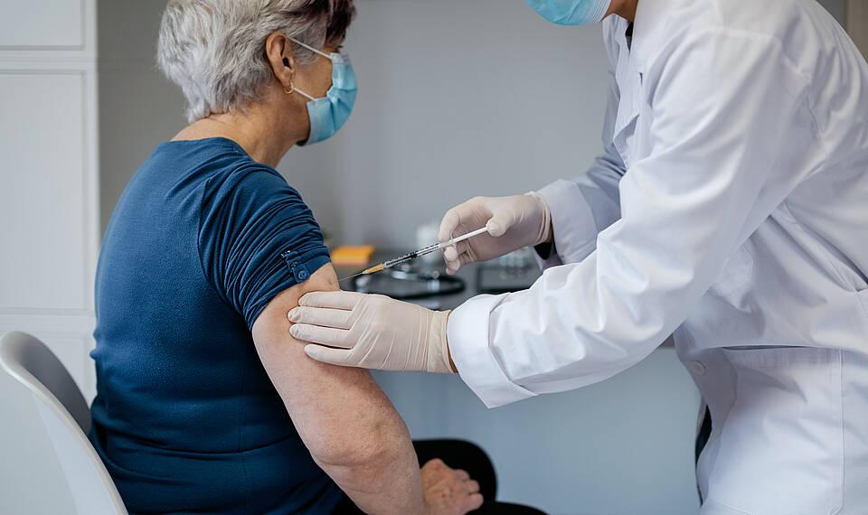 Der Impfstoff von AstraZeneca ist jetzt auch für über 65-jährige zugelassen