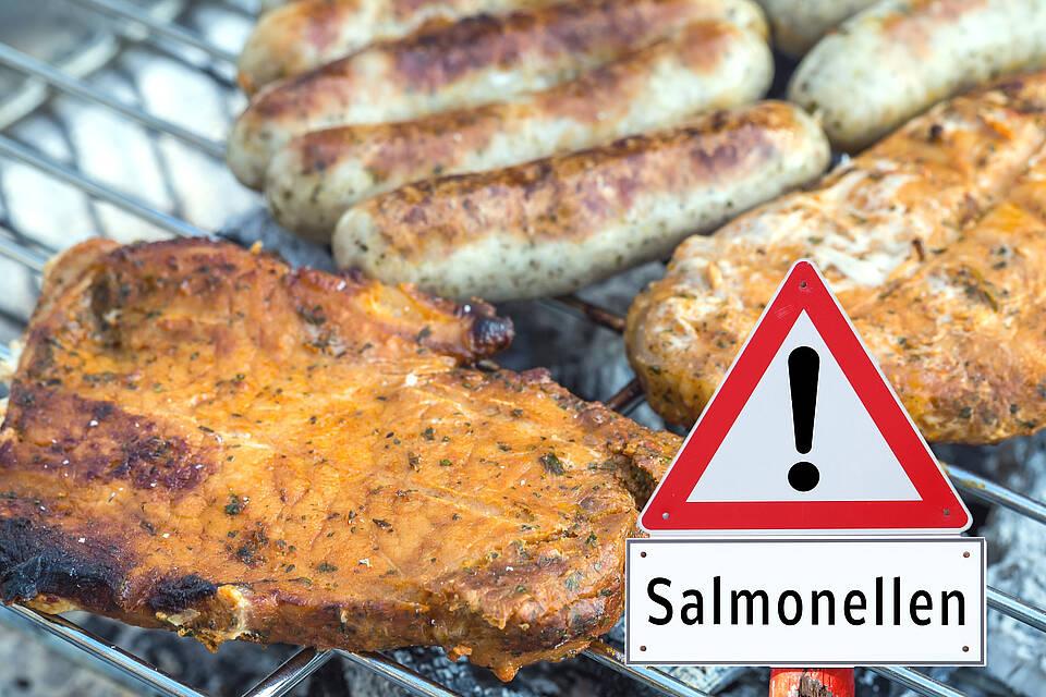 Grillfleisch mit Salmonellen-Warnschild.