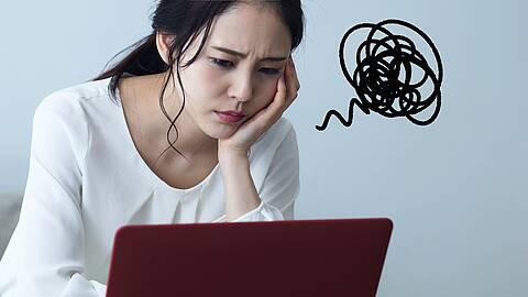 Frau vorm Laptop - graphisches Symbol für Nervosität.