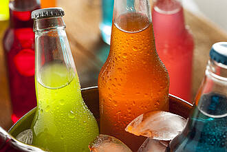In manch einer Softdrink-Flasche stecken sechseinhalb Stück Würfelzucker