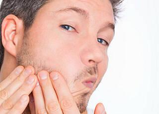 Aknetherapie kann ins Auge gehen