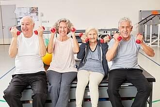 Vier Senioren: Softes Krafttraining mit Roten Kurzhanteln