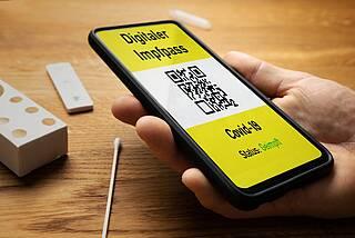 Digitaler Impfpass auf dem Smartphone-Display.