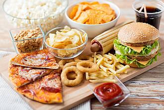 Schlaf, Schlafmangel, Junk Food, Süßigkeiten, fettiges Essen