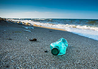 Plastikflasche am Strand: Über Fische gelangt Plastikmüll auf den Teller
