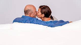 Viel Wert legen ältere Paare auf körperliche Nähe.